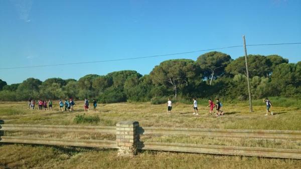 Escolares atravesando la zona de cruising gay en el Tiro de Pichón de  El Puerto de Santa María.