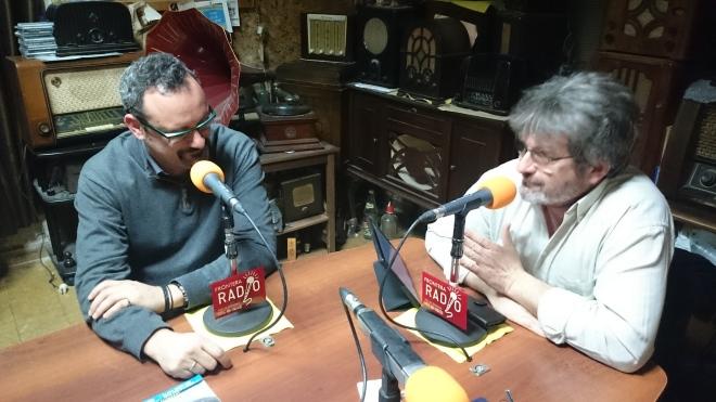 Juan Luis Cano, Ingeniero Superior Aeroespacial, y Joaquín Barroso, Presidente de la AA Magallanes de Jerez, en el desarrollo del programa Un Punto Azul, en Frontera Radio.